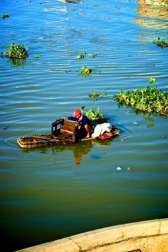 10-le gars sur la riviere en barque