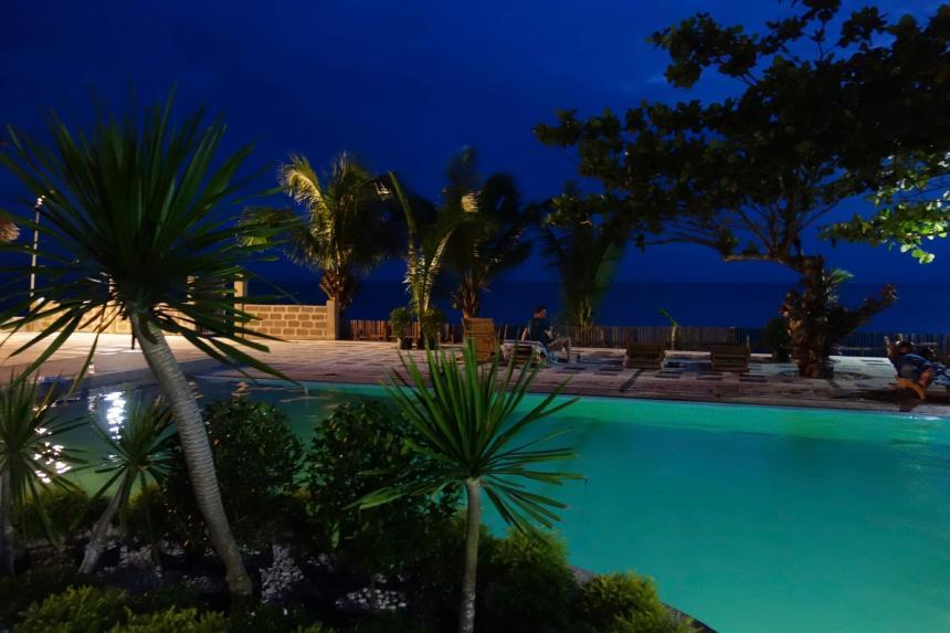 11 - piscine juste au bord de la plage