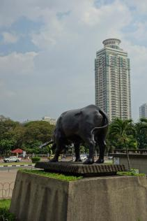 Le taureau surplombant la place Rizal / Bull overlooking the Rizal place