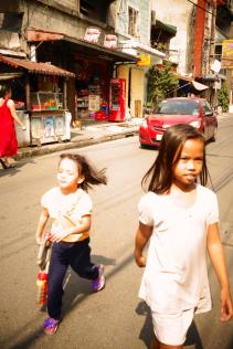 Fille dans les rues / Girls playing in the street