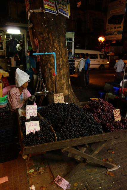 Worman selling grappes